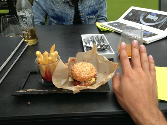M Lounge: Mini BBQ burger with chips