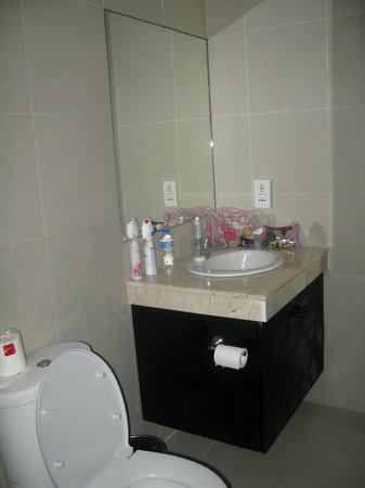 Dewi Sri Hotel: The bathroom