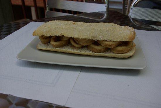 Aki a la Vuelta: Bocadillos con el pan recien hecho y una gran variedad.