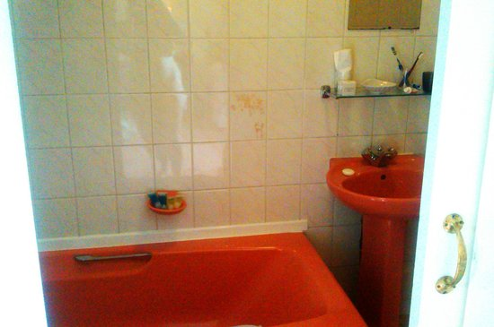 Gilpin Bridge Inn, Levens: very pink 70's bathroom, clean but needs updating