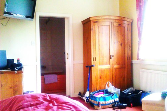 Gilpin Bridge Inn, Levens: very clean room,beds comfy but needs updating.
