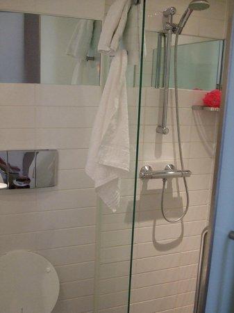 Sleeperz Hotel Cardiff: Wet Room Shower