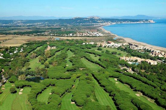 Golf Platja de Pals: vista aerea con la Playa de Pals al fondo