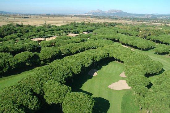 Golf Platja De Pals : aerea con el castillo de Torroella de Montgrí al fondo