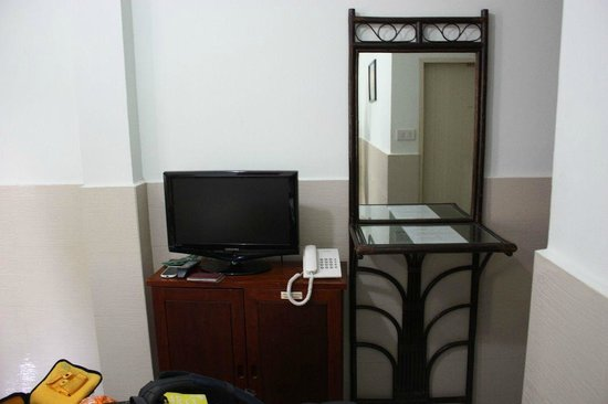 Mali Namphu Guest House: Flat Screen TV and mirror