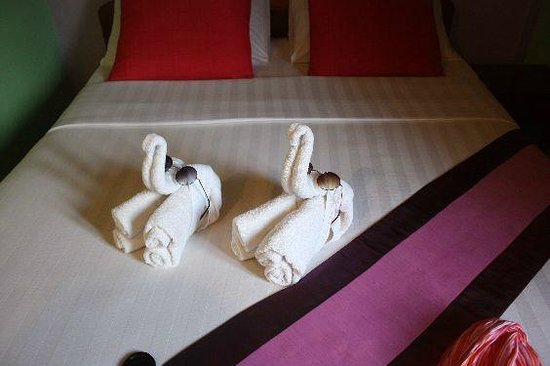 Saynamkhan Hotel: Elephants with John Lennon shades on the bed