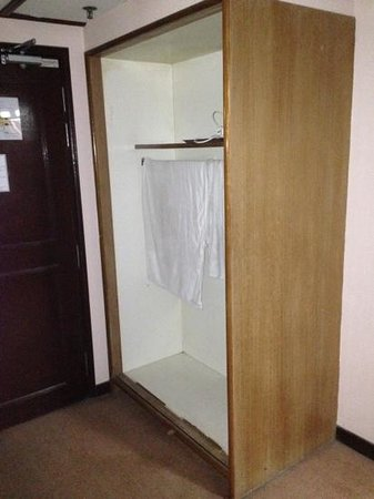Grand Continental Hotel - Penang : broken closet