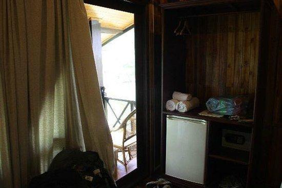 Luang Prabang Paradise Resort: Fridge and fresh towels
