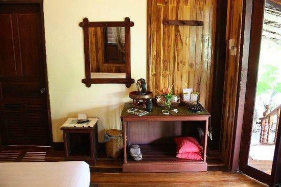Luang Prabang Paradise Resort: water boiler and telephone