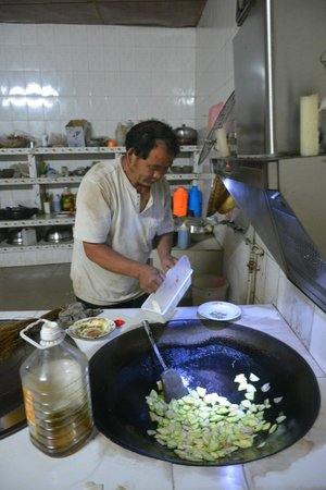Jiarong Hostel: Shushu makes fresh organic dinner