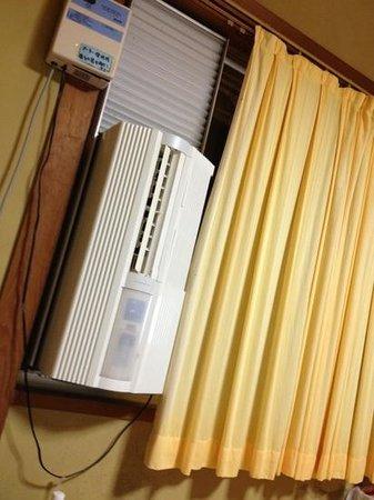 Katsumaruso: エアコンは窓に取付けタイプでした