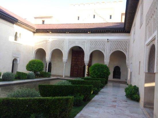 Ksar Char-Bagh: tra l'ingresso e il ristorante, piscina interna