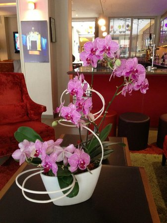 Hotel Le Six: Fresh orchids in lobby and all around
