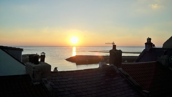 The Endeavour Staithes with Luxury Bed & Breakfast: Sunrise seen from Endeavour