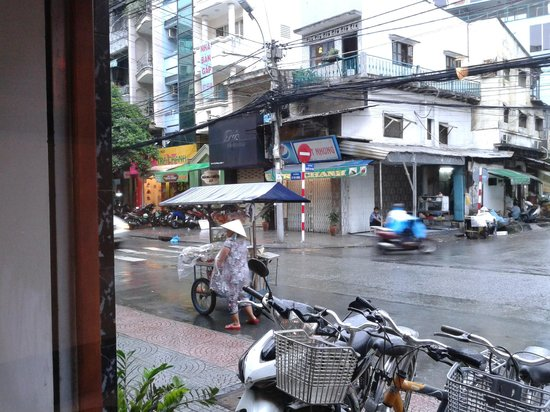Cinnamon Hotel Saigon: Le Thi Rieng street in front of the hotel