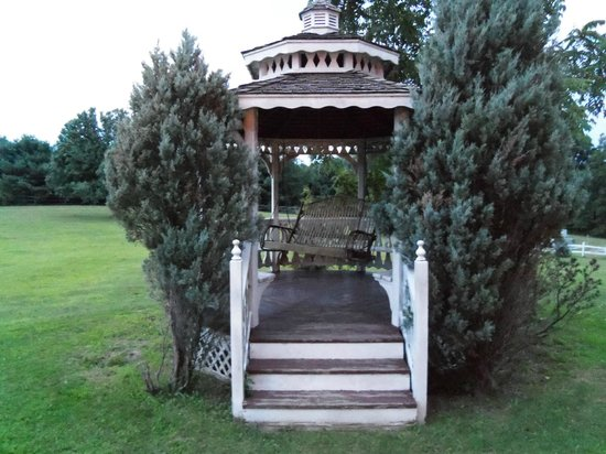 Guggisberg Swiss Inn: Gazebo with swing on the side of the property