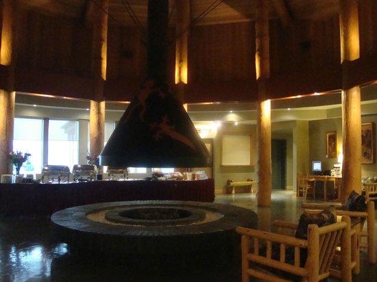 Quaaout Lodge & Spa at Talking Rock Golf Resort: Il gran camino nella hall