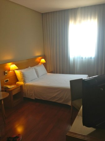 Tryp Malaga Alameda Hotel : Comfy & spacious room with clean bed!