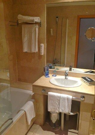Tryp Malaga Alameda Hotel: Clean & spacious bathroom
