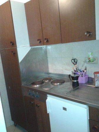 San Vincenzo, Italia: Cucina priva di forno e lavapiatti molto vecchia