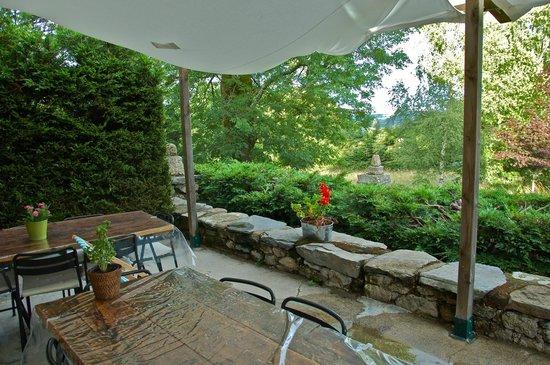 Chambres d'Hotes Le Fougal: La terrasse pour des moments de convivialité