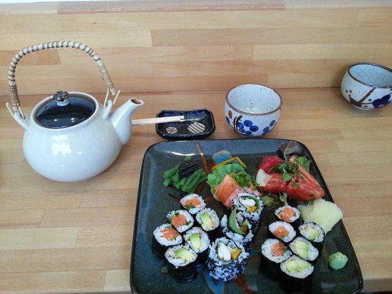 Motchiya: Sushi& Genmaicha gree tea