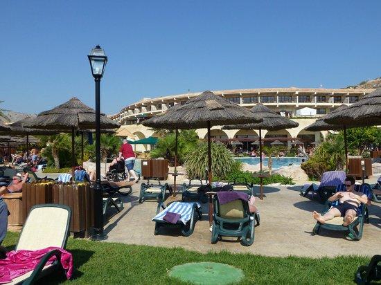 Atlantica Imperial Resort & Spa: Cramped Pool Area