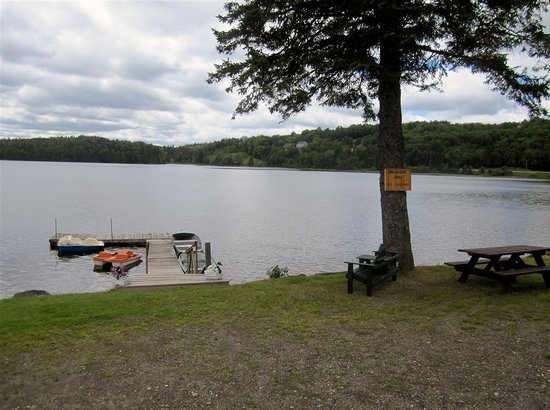 Ramblewood Cabins and Campground: Dock outside Cabin 5