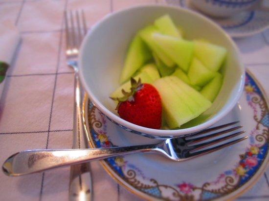 The Sea Spray Inn: Daily fruit with breakfast!