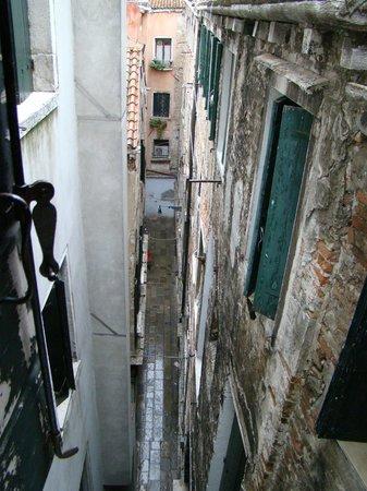 Hotel Bartolomeo: Vista de uma das janelas do quarto