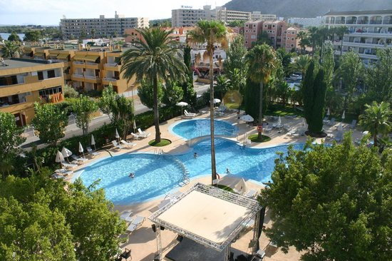 Hotel JS Sol de Alcudia: View from the 4th floor balcony room above the entertainment area pool side