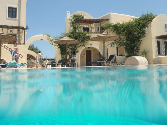 Smaragdi Hotel: Pool and hotel rooms behind it.