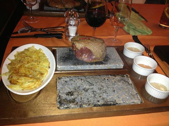 Bassersdorf, Schweiz: Steak on hot stone with side dish and sauces