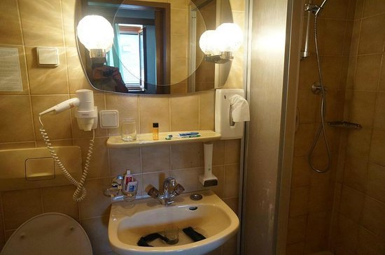 Tautermann: Compact bathroom  of room 43