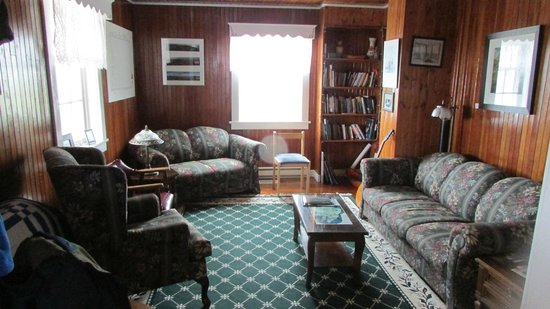 Quirpon Lighthouse Inn: Living Room - lots of books and games to use