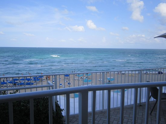 Trump International Beach Resort: View of the beach from the pool deck