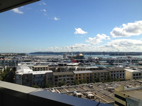 Grand Chancellor Auckland Hotel: Balcony View towards Auckland Harbour bridge