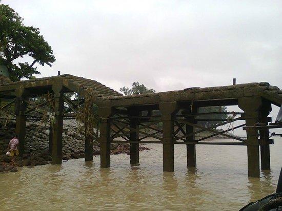 Rupnarayan Tourist Lodge: Jetty on the river