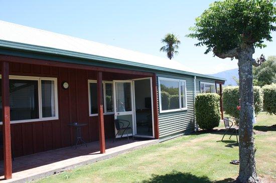 Anatoki Lodge Motel: Derrière