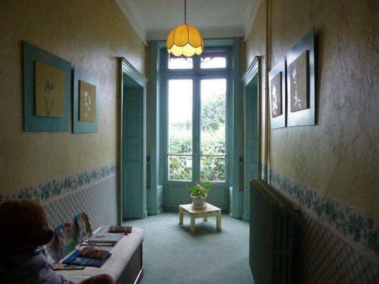 Hotel Saint Jean: Couloir au 1er, chambre fond à droite