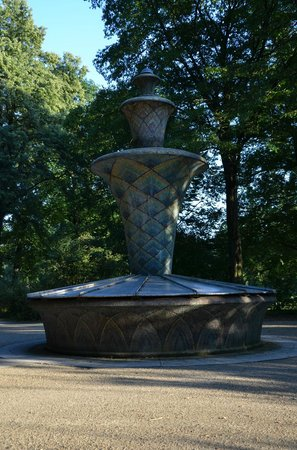 Palais Großer Garten: Fountain in the park.