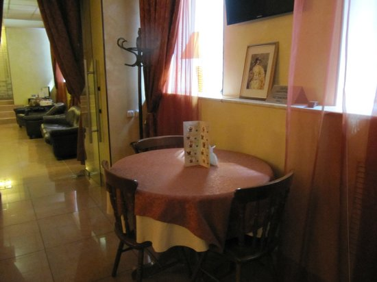 Dinastiya Hotel : table in breakfast room