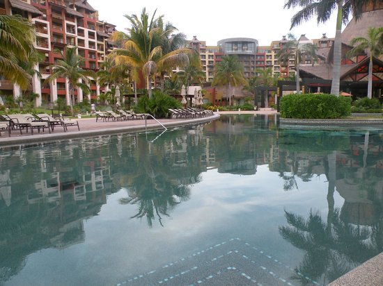 Villa del Palmar Cancun Beach Resort & Spa: Resort reflected in swimming pool