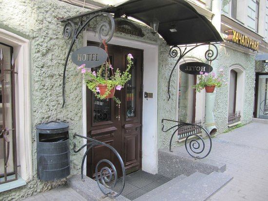 Dinastiya Hotel: Entrance