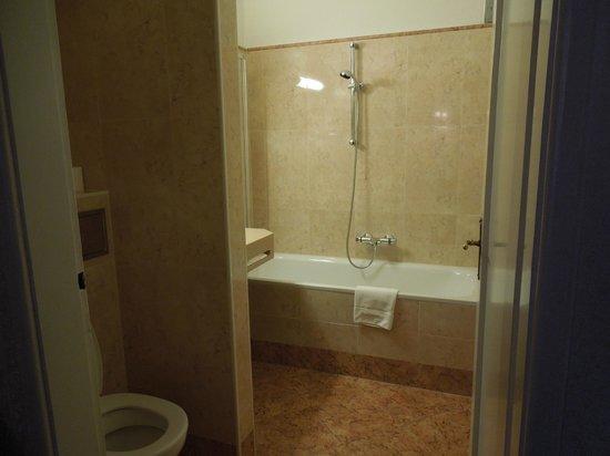 Pension Suzanne: Bathroom