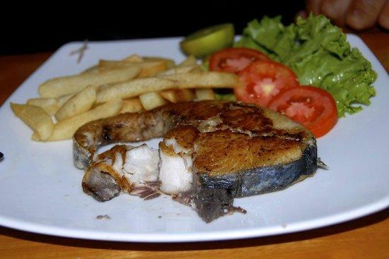 Jungle Hut Bungalow and Hotel : Poisson frais et frites, bon OK, c'est moyen les frites, mais déjà 2 semaines avec riz :)