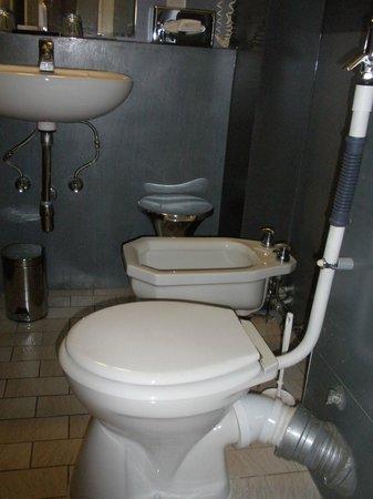 Le Grand Hotel: baño con tuberías a la vista
