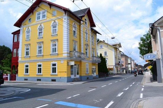 Hotel Astoria Salzburg: напротив отеля
