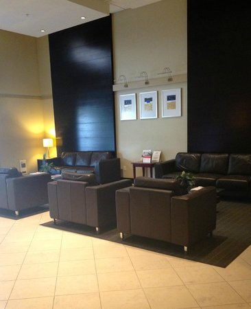 Holiday Inn Express & Suites Surrey: Lobby