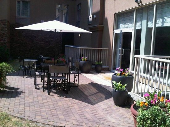 Holiday Inn Express & Suites Surrey: Garden patio